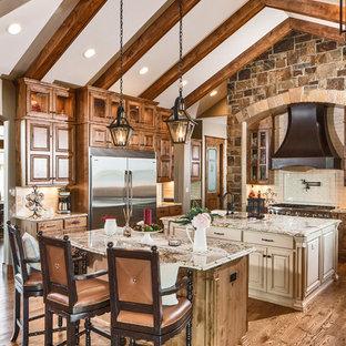 Bild på ett rustikt beige beige kök, med luckor med upphöjd panel, skåp i mellenmörkt trä, rostfria vitvaror, mellanmörkt trägolv, flera köksöar och brunt golv