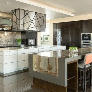 ニューヨークの巨大なモダンスタイルのおしゃれなキッチン (ドロップインシンク、オープンシェルフ、白いキャビネット、御影石カウンター、マルチカラーのキッチンパネル、モザイクタイルのキッチンパネル、シルバーの調理設備、セラミックタイルの床) の写真