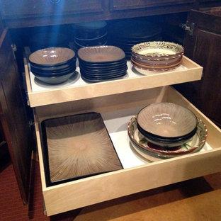 Einzeilige, Mittelgroße, Offene Klassische Küche mit Küchenrückwand in Beige, flächenbündigen Schrankfronten, hellen Holzschränken, Granit-Arbeitsplatte und Travertin in Sonstige