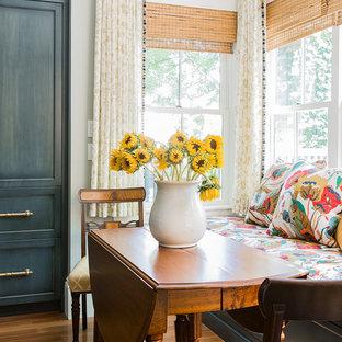 Exempel på ett mellanstort klassiskt linjärt kök och matrum, med en enkel diskho, luckor med profilerade fronter, blå skåp, marmorbänkskiva, grått stänkskydd, stänkskydd i stenkakel, integrerade vitvaror, mellanmörkt trägolv, en köksö och brunt golv
