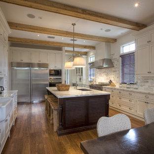 Inspiration för ett tropiskt kök, med skåp i shakerstil, en rustik diskho, vita skåp, marmorbänkskiva, vitt stänkskydd, rostfria vitvaror och stänkskydd i marmor