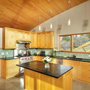 Modelo de cocina minimalista con electrodomésticos de acero inoxidable y encimera de esteatita