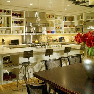 デンバーのモダンスタイルのおしゃれなダイニングキッチン (オープンシェルフ、白いキャビネット、シルバーの調理設備の、メタリックのキッチンパネル、メタルタイルのキッチンパネル) の写真