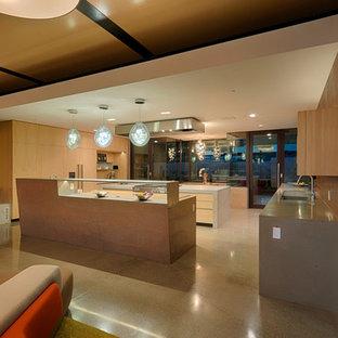 Offene, Große Moderne Küche in L-Form mit Waschbecken, flächenbündigen Schrankfronten, hellen Holzschränken, Betonarbeitsplatte, Küchenrückwand in Rot, Küchengeräten aus Edelstahl, Betonboden, zwei Kücheninseln, beigem Boden und bunter Arbeitsplatte in San Francisco