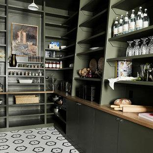 Стильный дизайн: угловая кухня в стиле современная классика с кладовкой, открытыми фасадами, зелеными фасадами, разноцветным полом и коричневой столешницей - последний тренд