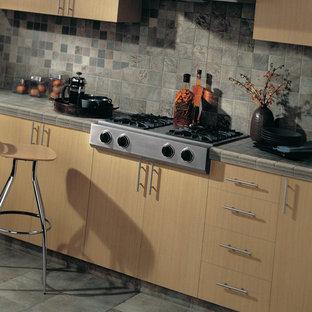 Idéer för att renovera ett funkis kök, med släta luckor, kaklad bänkskiva, flerfärgad stänkskydd, stänkskydd i stenkakel, rostfria vitvaror och klinkergolv i porslin