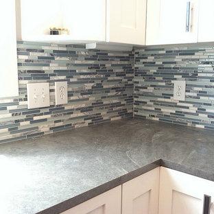 Foto di una cucina design di medie dimensioni con ante in stile shaker, ante bianche, top in cemento, paraspruzzi blu, paraspruzzi con piastrelle a listelli e top grigio