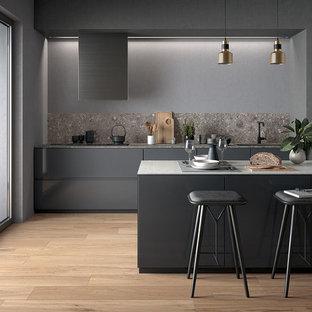 パースのコンテンポラリースタイルのおしゃれなキッチン (アンダーカウンターシンク、フラットパネル扉のキャビネット、グレーのキャビネット、タイルカウンター、グレーのキッチンパネル、磁器タイルのキッチンパネル、黒い調理設備、磁器タイルの床) の写真