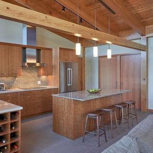 オレンジカウンティの大きいおしゃれなキッチン (ドロップインシンク、フラットパネル扉のキャビネット、淡色木目調キャビネット、御影石カウンター、グレーのキッチンパネル、サブウェイタイルのキッチンパネル、シルバーの調理設備の、セラミックタイルの床) の写真