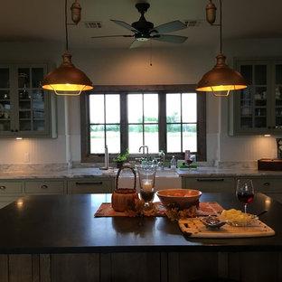 オクラホマシティの中サイズのシャビーシック調のおしゃれなキッチン (ダブルシンク、インセット扉のキャビネット、緑のキャビネット、シルバーの調理設備の、無垢フローリング) の写真