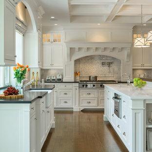 Inspiration för ett vintage kök, med luckor med profilerade fronter, vita skåp, vitt stänkskydd, stänkskydd i tunnelbanekakel, mörkt trägolv, en köksö, en rustik diskho och rostfria vitvaror