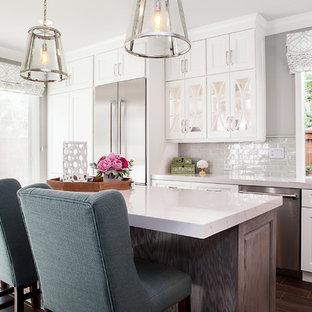 Exempel på ett stort modernt kök med öppen planlösning, med en undermonterad diskho, luckor med infälld panel, vita skåp, bänkskiva i kvarts, grått stänkskydd, stänkskydd i keramik, rostfria vitvaror, klinkergolv i porslin och en köksö