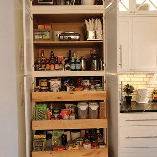 アトランタの小さいトランジショナルスタイルのおしゃれなキッチン (シングルシンク、シェーカースタイル扉のキャビネット、白いキャビネット、ソープストーンカウンター、白いキッチンパネル、石タイルのキッチンパネル、黒い調理設備) の写真
