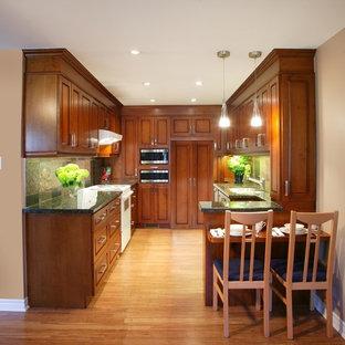 ダラスの小さいトロピカルスタイルのおしゃれなキッチン (アンダーカウンターシンク、レイズドパネル扉のキャビネット、中間色木目調キャビネット、御影石カウンター、マルチカラーのキッチンパネル、パネルと同色の調理設備、竹フローリング、スレートの床、茶色い床、緑のキッチンカウンター) の写真
