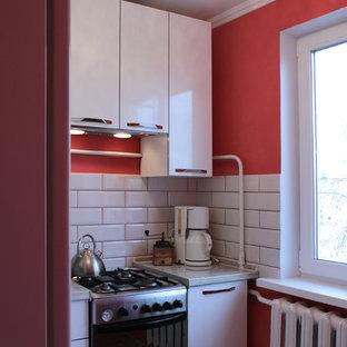 エカテリンブルクの小さいおしゃれなL型キッチン (フラットパネル扉のキャビネット、白いキャビネット、木材カウンター、ベージュキッチンパネル、シルバーの調理設備の、クッションフロア、アイランドなし、サブウェイタイルのキッチンパネル) の写真