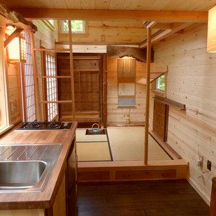 Inspiration för små asiatiska kök, med en nedsänkt diskho, träbänkskiva, släta luckor, skåp i mellenmörkt trä, rostfria vitvaror, mörkt trägolv och brunt golv