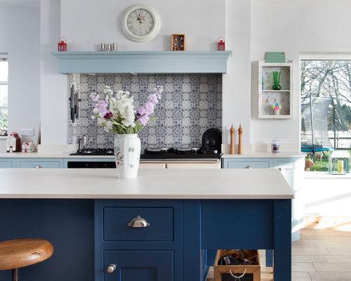 Cucina con ante blu e pavimento con piastrelle in ceramica foto e
