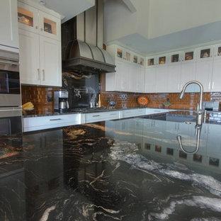 Große Eklektische Wohnküche in L-Form mit Unterbauwaschbecken, Schrankfronten im Shaker-Stil, beigen Schränken, Granit-Arbeitsplatte, Küchenrückwand in Gelb, Rückwand aus Glasfliesen, Küchengeräten aus Edelstahl, Keramikboden und Kücheninsel in Vancouver
