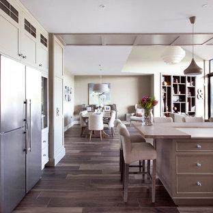 Idee per un'ampia cucina tradizionale con ante a filo, elettrodomestici in acciaio inossidabile e pavimento con piastrelle in ceramica