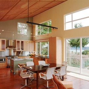 シアトルのモダンスタイルのおしゃれなキッチン (エプロンフロントシンク、フラットパネル扉のキャビネット、淡色木目調キャビネット、メタリックのキッチンパネル、シルバーの調理設備の、メタルタイルのキッチンパネル、無垢フローリング) の写真