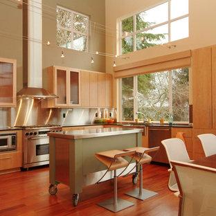 Ispirazione per una cucina minimalista con elettrodomestici in acciaio inossidabile, lavello stile country, ante lisce, ante in legno chiaro, paraspruzzi a effetto metallico, paraspruzzi con piastrelle di metallo, pavimento in legno massello medio e isola