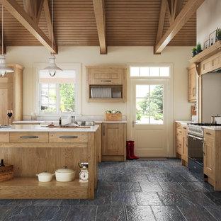 他の地域の広いカントリー風おしゃれなアイランドキッチン (エプロンフロントシンク、淡色木目調キャビネット) の写真