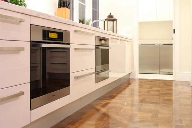 Contemporary Kitchen by OAK Kitchens