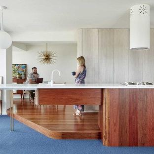 ブリスベンの小さいミッドセンチュリースタイルのおしゃれなキッチン (シングルシンク、中間色木目調キャビネット、大理石カウンター、シルバーの調理設備の、濃色無垢フローリング、茶色い床、白いキッチンカウンター) の写真