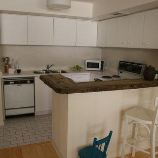 トロントの小さいモダンスタイルのおしゃれなキッチン (フラットパネル扉のキャビネット、白いキャビネット、木材カウンター、白いキッチンパネル、セラミックタイルのキッチンパネル、セラミックタイルの床、白い床、茶色いキッチンカウンター) の写真
