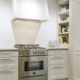 Idéer för mellanstora vintage kök, med skåp i shakerstil, vita skåp, bänkskiva i kvartsit, vitt stänkskydd, stänkskydd i keramik, rostfria vitvaror, skiffergolv, en undermonterad diskho och blått golv