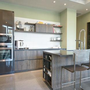 Foto di una cucina abitabile minimal di medie dimensioni con ante lisce, ante marroni, top in quarzo composito, paraspruzzi bianco, elettrodomestici in acciaio inossidabile, isola e pavimento in pietra calcarea