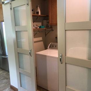 他の地域の大きいトランジショナルスタイルのおしゃれなキッチン (アンダーカウンターシンク、フラットパネル扉のキャビネット、淡色木目調キャビネット、クオーツストーンカウンター、ベージュキッチンパネル、セラミックタイルのキッチンパネル、白い調理設備、クッションフロア、ベージュの床、ベージュのキッチンカウンター) の写真