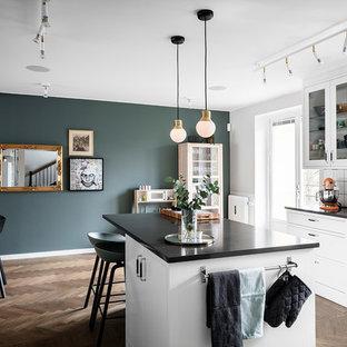 Inspiration för ett stort skandinaviskt svart svart kök, med vita skåp, bänkskiva i koppar, vitt stänkskydd, stänkskydd i keramik, rostfria vitvaror, mörkt trägolv, en köksö och brunt golv