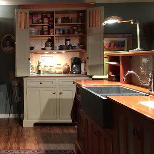 フィラデルフィアの中サイズのヴィクトリアン調のおしゃれなキッチン (エプロンフロントシンク、シェーカースタイル扉のキャビネット、濃色木目調キャビネット、木材カウンター、パネルと同色の調理設備、無垢フローリング) の写真