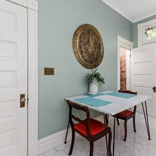 セントルイスの中くらいのモダンスタイルのおしゃれなキッチン (アンダーカウンターシンク、レイズドパネル扉のキャビネット、白いキャビネット、木材カウンター、メタリックのキッチンパネル、ガラスタイルのキッチンパネル、白い調理設備、セラミックタイルの床、白い床、茶色いキッチンカウンター) の写真