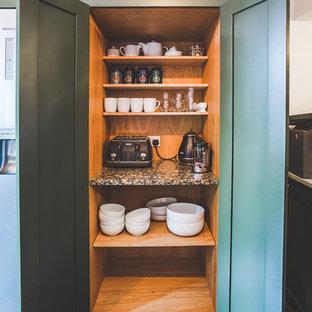 サセックスの中サイズのインダストリアルスタイルのおしゃれなキッチン (エプロンフロントシンク、シェーカースタイル扉のキャビネット、緑のキャビネット、珪岩カウンター、スレートの床、白いキッチンカウンター) の写真