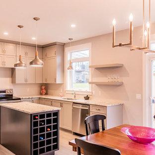 Mittelgroße Klassische Wohnküche in L-Form mit Schrankfronten im Shaker-Stil, grauen Schränken, Kücheninsel, Unterbauwaschbecken, Granit-Arbeitsplatte, Küchengeräten aus Edelstahl, Keramikboden, grauem Boden und grauer Arbeitsplatte in Sonstige
