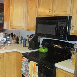 デンバーの中くらいのトラディショナルスタイルのおしゃれなキッチン (ダブルシンク、レイズドパネル扉のキャビネット、淡色木目調キャビネット、人工大理石カウンター、白いキッチンパネル、シルバーの調理設備、無垢フローリング、赤い床、白いキッチンカウンター) の写真