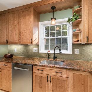 Inspiration för ett avskilt, litet vintage l-kök, med en undermonterad diskho, skåp i shakerstil, skåp i mellenmörkt trä, bänkskiva i kvarts, gult stänkskydd, glaspanel som stänkskydd, rostfria vitvaror, linoleumgolv och gult golv