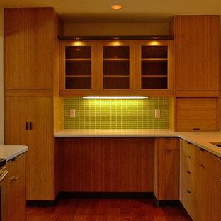 デンバーの中サイズのモダンスタイルのおしゃれなキッチン (アンダーカウンターシンク、フラットパネル扉のキャビネット、中間色木目調キャビネット、クオーツストーンカウンター、緑のキッチンパネル、セラミックタイルのキッチンパネル、シルバーの調理設備、無垢フローリング、白いキッチンカウンター) の写真
