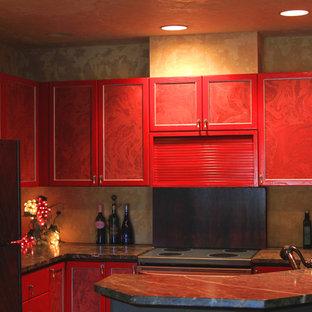 ボイシの大きいエクレクティックスタイルのおしゃれなキッチン (アンダーカウンターシンク、シェーカースタイル扉のキャビネット、赤いキャビネット、濃色無垢フローリング、ソープストーンカウンター、黒いキッチンパネル、石スラブのキッチンパネル、シルバーの調理設備の) の写真