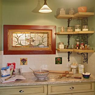 Geschlossene Urige Küche in U-Form mit Unterbauwaschbecken, Schrankfronten im Shaker-Stil, gelben Schränken, Speckstein-Arbeitsplatte, Küchenrückwand in Weiß, Rückwand aus Keramikfliesen und Küchengeräten aus Edelstahl in New York