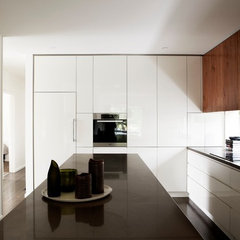 modern kitchen by Sharyn Cairns