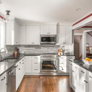 Стильный дизайн: отдельная, п-образная кухня в стиле современная классика с одинарной раковиной, фасадами в стиле шейкер, белыми фасадами, серым фартуком, фартуком из плитки кабанчик, техникой из нержавеющей стали, паркетным полом среднего тона и коричневым полом - последний тренд