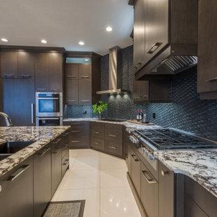 Idéer för ett mycket stort klassiskt flerfärgad linjärt kök och matrum, med en undermonterad diskho, släta luckor, skåp i mörkt trä, granitbänkskiva, svart stänkskydd, stänkskydd i glaskakel, rostfria vitvaror, klinkergolv i keramik, en köksö och vitt golv