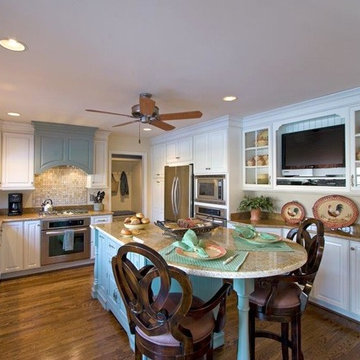 Traditional Bi-colored Kitchen with Island