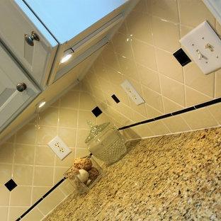Mittelgroße Klassische Wohnküche in L-Form mit Unterbauwaschbecken, weißen Schränken, Granit-Arbeitsplatte, Küchenrückwand in Beige, Rückwand aus Keramikfliesen, Küchengeräten aus Edelstahl, braunem Holzboden und Kücheninsel in Indianapolis