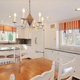 На фото: кухни в классическом стиле с техникой под мебельный фасад и фартуком из плитки кабанчик