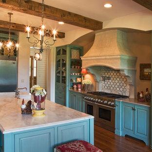ナッシュビルの広いトラディショナルスタイルのおしゃれなキッチン (落し込みパネル扉のキャビネット、青いキャビネット、クオーツストーンカウンター、白いキッチンパネル、セラミックタイルのキッチンパネル、シルバーの調理設備、無垢フローリング) の写真