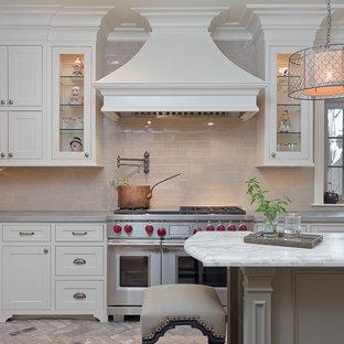 Inspiration för mellanstora klassiska kök, med en rustik diskho, luckor med infälld panel, vita skåp, bänkskiva i zink, beige stänkskydd, rostfria vitvaror, tegelgolv och en köksö